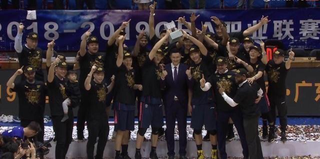 CBA总决赛易建联获MVP奖杯 华南虎时隔6年夺冠