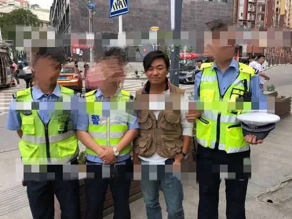 王宝强近照曝光斜刘海抢镜 与警察合影被调侃